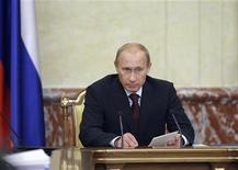 <p>Премьер-министр России Владимир Путин выступает на заседании кабинета в Москве 15 сентября 2009 года. R Правительство РФ в ближайшее время собирается завершить разработку программы приватизации на 2010 год, сказал премьер Владимир Путин, потребовав продавать государственные активы по рыночным ценам. REUTERS/Ria Novosti/Alexey Druzhinin</p>