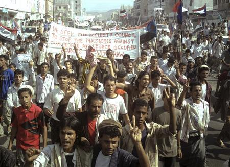 Protesters shout anti-government slogans as they march along a street in al-Habileen city, in the southern Yemeni province of Lahj, October 6, 2009. REUTERS/Stringer