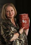 """<p>La autora Hilary Mantel posa junto a su libro """"Wolf Hall"""" luego de ganar el premio Booker en Londres, oct 6 2009. REUTERS/Luke MacGregor (BRITAIN)</p>"""