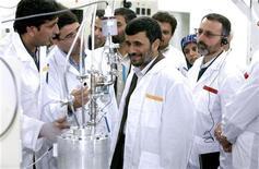 <p>Президент Ирана Махмуд Ахмадинежад на заводе по обогащению урана в Натанце 8 апреля 2008 года. Иран намерен использовать центрифуги нового поколения, чтобы обогащать уран на втором ядерном заводе, о котором рассказал миру только недавно, сказал руководитель атомного агентства страны. REUTERS/Presidential official website/Handout</p>