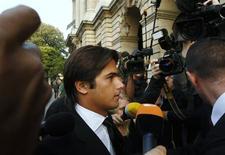 <p>O ex-piloto da Renault, Nelson Piquet, chega para audiência em Paris. O piloto brasileiro Nelsinho Piquet tenta ir para a categoria Nascar, depois de sair da Fórmula 1 em maio devido a um escândalo sobre fraude numa corrida quando pilotava pela Renault.21/09/2009.REUTERS/Gareth Watkins</p>