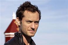 """<p>Foto de archivo del actor británico Jude Law en el castillo Kronborg en Elsinore, Dinamarca, 24 ago 2009. El actor británico Jude Law recibió críticas dispares el miércoles por su rol como """"Hamlet"""" en Broadway, una interpretación definida como """"electrificante"""" en una reseña y """"altamente decepcionante"""" en otra. REUTERS/Jens Nørgaard Larsen/Scanpix</p>"""
