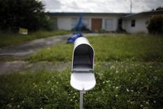 <p>An empty mail box is seen at the front door of a foreclosed house in Miami Gardens, Florida in this September 15, 2009 file photo. REUTERS/Carlos Barria/Files</p>