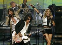 <p>Foto de archivo del guitarrista de Aerosmith Joe Perry (al centro en la imagen) durante una presentación en el concierto Fashion Rocks en Nueva York, 6 sep 2007. Aerosmith ha sobrevivido a las drogas, separaciones, divorcios y discordias desde la unión de los chicos malos del rock 'n' roll hace 40 años. REUTERS/Lucas Jackson/Files</p>