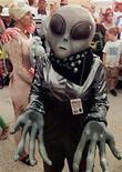 <p>Конкурс на лучший костюм пришельца в Розвелле 3 июля 1997 года. Самопровозглашенный король Украины Орест Первый решил призвать инопланетян на борьбу с кризисом в стране и уже установил с ними контакт, сообщил местный телеканал СТБ на своем сайте. REUTERS/STR New</p>