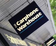 <p>Le groupe britannique de distribution spécialisée et de télécommunications Carphone Warehouse a enregistré une hausse du nombre de ses abonnés au 2e trimestre et réaffirme ses objectifs annuels, ainsi que son intention de se scinder en deux en mars. /Photo prise le 8 mai 2009/REUTERS/Toby Melville</p>