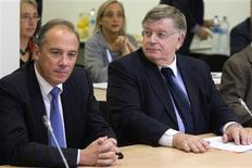 """<p>Stéphane Richard (à gauche), le nouveau numéro deux de France Télécom, s'est engagé jeudi à des """"réformes profondes"""" au sein de l'entreprise, confrontée à une vague de suicides depuis début 2008. /Photo prise le 6 octobre 2009/REUTERS/Charles Platiau</p>"""