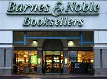 """<p>Selon le Wall Street Journal, les librairies Barnes & Noble s'apprêtent à vendre leur propre lecteur de livres numériques (""""liseuse""""), concurrent du Kindle d'Amazon.com. /Photo d'archives/REUTERS/Mike Blake</p>"""
