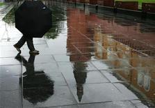 <p>Человек отражается в гранитных плитах у Могилы неизвестного солдата в Москве 30 мая 2006 года. Грядущие выходные в Москве и области будут холодными, ночами возможны заморозки, свидетельствуют данные Гидрометцентра России, опубликованные на сайте www.meteoinfo.ru. REUTERS/Shamil Zhumatov</p>