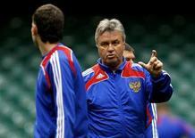 <p>Гус Хиддинк на тренировке команды в Кардиффе 8 сентября 2009 года. Ведущие мировые букмекерские конторы считают сборную России фаворитом в субботнем матче отборочного турнира чемпиона мира-2010 против сборной Германии. REUTERS/Phil Noble</p>