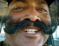 <p>Porter la moustache peut déboucher sur l'obtention d'un meilleur job, SELON une enquête commandée par le Quicken and the American Mustache Institute. L'étude montre que les Américains moustachus gagnent 8,2% plus que les barbus et 4,3% plus que les gens rasés de près. /Photo d'archives/REUTERS/Raj Patidar</p>