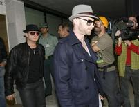 <p>Mikey Graham e Ronan Keating arrivano all'aeroporto di Maiorca dopo la notizia della morte di Stephen Gately. REUTERS/Stringer (SPAIN ENTERTAINMENT OBITUARY)</p>