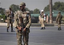 <p>Пакистанские солдаты охраняют подступы к зданию штаба армии в Равалпинди 11 октября Не менее 24 человек погибли в понедельник при взрыве предположительно боевика-смертника, атаковавшего пакистанских военных недалеко от долины Сват. REUTERS/Faisal Mahmood</p>