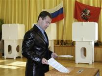 <p>Russian President Dmitry Medvedev drops his ballot into a ballot box at a polling station in Moscow October 11, 2009. REUTERS/RIA Novosti/Kremlin/Vladimir Rodionov</p>