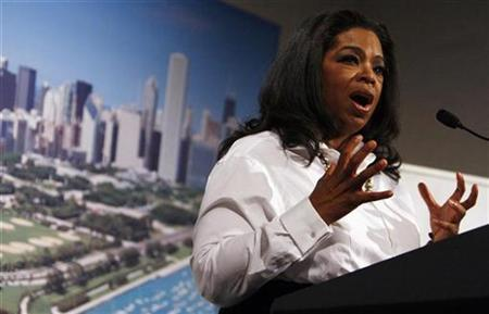 T.V. host Oprah Winfrey introduces U.S. first lady Michelle Obama during a dinner in support of Chicago's bid to host the 2016 Summer Olympics in Copenhagen September 30, 2009. REUTERS/Charles Dharapak/Pool