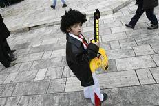"""<p>Ребенок, одетый как Элвис Пресли, на площади города Имотски, Хорватия 3 февраля 2008 года. Поклонники Элвиса Пресли, желающие заполучить часть своего кумира, смогут это сделать 18 октября. Локоны """"короля рок-н-ролла"""" уйдут с молотка на аукционе Leslie Hindman в Чикаго. REUTERS/Matko Biljak</p>"""