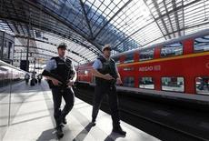 <p>Полицейские на станции Центрального вокзала в Берлине 19 сентября 2009 года. Повздоривший с проводниками отправляющегося поезда безбилетник решил показать им в отместку свой голый зад, но сделал это так неудачно, что зацепился спущенными штанами за дверь вагона, который в таком виде протащил его за пределы станции. REUTERS/Fabrizio Bensch</p>