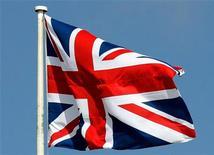 <p>Флаг Великобритании на параде в военной академии в Сэндхерсте 12 апреля 2006 года. Великобритания была признана худшей страной для жизни в десятке основных европейских стран. И это несмотря на то, что британцы зарабатывают больше, чем их соседи на континенте. REUTERS/Dylan Martinez</p>