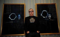 """<p>El artista británico Damien Hirst posa para una fotografía en frente de sus cuadros """"Skull, Shark's Jaw and Iguana on a Table"""" (izquierda en la imagen) y """"Shark's Jaw, Skull and Iguana on a Table"""", en Londres, 13 oct 2009. El artista británico Damien Hirst ha forjado su reputación y una considerable fortuna por suspender animales en formaldehído y por llenar gabinetes médicos con pastillas. REUTERS/Kieran Doherty</p>"""