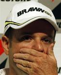 <p>Rubens Barrichello admitiu nesta terça-feira que negocia com a equipe Williams para a temporada de 2010 da Fórmula 1 e afirmou que vê como garantida sua permanência na categoria no ano que vem.. REUTERS/Paulo Whitaker</p>