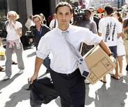 <p>Человек покидает офис Lehman Brothers Holdings Inc, неся в руках коробку со своими вещами, в Нью-Йорке 15 сентября 2008 года. Большинство сотрудников компаний в США не верят своим начальникам, а каждый четвертый с удовольствием бы уволил своего босса, говорится в октябрьском исследовании Harris Interactive. REUTERS/Joshua Lott</p>