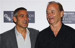"""<p>Los actores estdounidenses George Clooney y Bill Murray (der) posan antes de una conferencia sobre la cinta animada """"Fantastic Mr. Fox"""" en Londres, 14 oct 2009. La cinta animada de Wes Anderson, """"Fantastic Mr. Fox"""", con la voz del actor George Clooney, celebrará su estreno mundial el miércoles en la primera noche del Festival de Cine de Londres. El evento anual, que se extiende durante 16 días y busca competir con importantes festivales internacionales como los de Toronto, Venecia y Cannes, exhibirá alrededor de 200 largometrajes, aunque la mayoría ya han sido estrenados en otras ocasiones. REUTERS/Luke MacGregor</p>"""