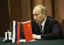 <p>Премьер-министр ФР Владимир Путин на пресс-конференции в Пекине 13 октября 2009 года. Россия могла бы не выходить с масштабными заимствованиями на внешние рынки в следующем году и использовать для покрытия дефицита бюджета накопленные резервы, но Минфин выступает за их сохранение, сказал российский премьер Владимир Путин. REUTERS/Jason Lee</p>