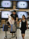 <p>Clientes en el departamento de aparatos electrónicos de una tienda de Wal-Mart en Rogers, Arkansas, 4 jun 2009. La mayor minorista del mundo, Wal-Mart Stores Inc, anunció el miércoles que lanzará planes sin contrato de telefonía móvil a partir de 30 dólares mensuales en Estados Unidos, que usarán la tecnología de Tracfone Wireless, una unidad de la mexicana América Móvil. REUTERS/Jessica Rinaldi/Archivo</p>