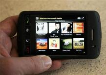 """<p>El fabricante de la BlackBerry, Research In Motion (RIM), presentó una nueva versión de su BlackBerry de pantalla táctil Storm, en una última maniobra en su batalla con el iPhone de Apple. La Storm2, como se conoce el dispositivo, es """"un pez gordo para nosotros"""", dijo el co-presidente ejecutivo de RIM, Jim Balsillie, en una entrevista. La nueva BlackBerry mantiene la interfaz de pantalla táctil original de Storm, pero la mejora con una mecanografía más rápida y funciones de 'multitouch', que permiten a los usuarios teclear en más de una sola parte de la pantalla a la vez. REUTERS/Rick Wilking/Archivo</p>"""