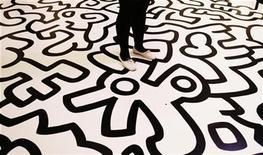 """<p>Imagen de archivo de un visitante en la exhibición de arte contemporánea """"Pop Life : Art in a Modern World"""" de Keith Haring en el museo Tate Modern en Londres, 29 sep 2009. Varios coleccionistas importantes desaparecieron completamente y el británico Damien Hirst cayó en picada en la última lista de las 100 figuras más poderosas del arte contemporáneo, encabezada en esta ocasión por un suizo. Pero aunque la crisis financiera se ha cobrado muchas víctimas en el último año, un grupo de figuras bien conectadas, flexibles y hasta el momento menores llegaron a la cima, incluyendo el curador Hans Ulrich Obrist, quien trepó al puesto número uno. REUTERS/Luke MacGregor/Archivo</p>"""