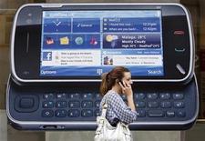 <p>Nokia, el mayor fabricante de teléfonos móviles del mundo, reportó el jueves una sorpresiva pérdida, golpeada por una mayor amortización en su división de redes, pero dijo que había mejorado la demanda por sus aparatos. Nokia anotó un cargo de 908 millones de euros (1.350 millones de dólares) por su unidad de redes, citando desafiantes condiciones de mercado. REUTERS/Luke MacGregor/Archivo</p>