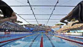 <p>La finale dei 100 metri farfalla in una delle piscine di Roma che l'estate scorsa hanno ospitato i Mondiali di Nuoto. REUTERS/Wolfgang Rattay</p>