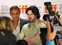 <p>George Clooney e il regista Jason Reitman al Festival del cinema di Toronto. REUTERS/Mike Cassese</p>