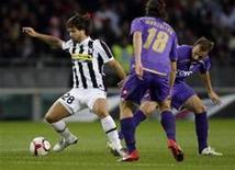<p>Diego, do Juventus, disputa bola com jogadores do Fiorentina durante partida pelo Campeonato Italiano. REUTERS/Stefano Rellandini</p>