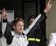 <p>Jenson Button comemora conquista do seu primeiro título de Fórmula 1, ao chegar em quinto lugar no Grande Prêmio do Brasil. No ano passado, o também britânico Lewis Hamilton levou o prêmio para casa. REUTERS/Bruno Domingos</p>