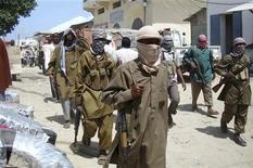 """<p>Члены исламистской группировки """"Аль-Шабаб"""" патрулируют улицу на юге Могадишо 29 июня 2009 года. Исламистская группировка """"Аль-Шабаб"""" публично отхлыстали плетьми женщин, носивших бюстгальтеры, что, по их словам, нарушает законы Ислама, сообщили жители столицы страны Могадишо. REUTERS/Feisal Omar</p>"""