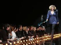 <p>Модель демонстрирует наряд, созданный дизайнерами Анной Чистовой и Мариной Эндуровой на неделе моды в Москве 18 октября 2009 года. Неделя моды в Москве празднует 15-летний юбилей в Гостином дворе. REUTERS/Alexander Natruskin</p>