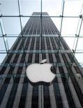 <p>Apple a réalisé un bénéfice net de 1,67 milliard de dollars et un chiffre d'affaires en hausse de 25% à 9,87 milliards de dollars au titre des trois derniers mois de son exercice 2009. La firme à la pomme impute ces résultats, supérieurs aux attentes des analystes, à des ventes record de l'iPhone et des Mac. /Photo d'archives/REUTERS/Brendan McDermid</p>