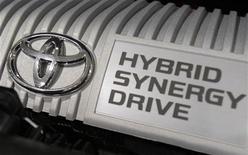<p>Двигатель гибридного автомобиля Toyota в автомсалоне в Токио 16 июля 2009 года.Toyota Motor Corp старается увеличить свой отрыв от ближайших конкурентов в области производства автомобилей с гибридными двигателями. REUTERS/Yuriko Nakao</p>