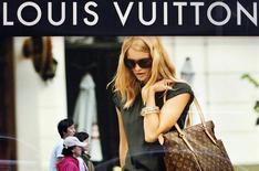 <p>Жители Сеула проходят мимо рекламы бренда Louis Vuitton11 октября 2009 года. Продажи LVMH, крупнейшего в мире производителя товаров роскоши, оказались в третьем квартале 2009 года наилучшими с начала года, и компания надеется укрепить свою долю на рынке, несмотря на сложную ситуацию в экономике. REUTERS/Jo Yong-Hak</p>