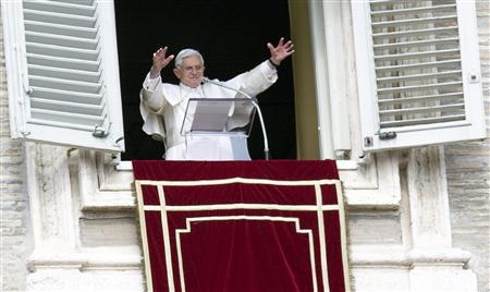 Pope Benedict XVI waves to the faithful during the Angelus prayer from a windows of his private apartment at the Vatican October 18, 2009. REUTERS/Alessandro Bianchi