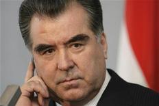 <p>Президент Таджикистана Эмомали Рахмон на пресс-конференции в Риге 9 февраля 2009 года. Президент Таджикистана Эмомали Рахмон, отправляясь в среду с государственным визитом в РФ, выразил недовольство реализацией энергетических проектов с участием российских компаний в этой беднейшей стране Средней Азии. REUTERS/Ints Kalnins</p>