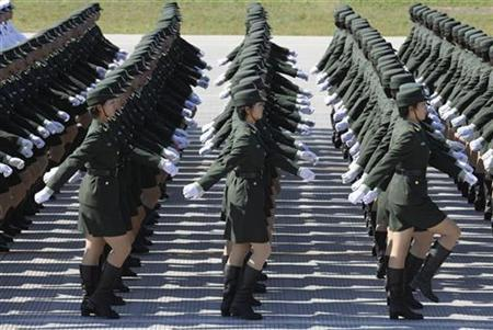 China's army to recruit 130,000 college grads | Reuters