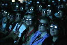 """<p>Люди смотрят фильм """"Аватар"""" в 3D-очках в Сан-Диего 23 июля 2009 года. REUTERS/Mario Anzuoni</p>"""