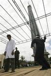 <p>Мужчину избивают плетью за азартные игры в индонезийской провинции Ачех 3 апреля 2009 года. Большинство брунейцев считает, что неверных мужей следует пороть, следует из результатов недавнего опроса. REUTERS/Tarmizy Harva</p>