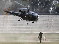 <p>Армейский вертолет взлетает с пункта регистрации вынужденных переселенцев, спасающихся от проходящих в Южном Вазиристане военных действий, в Дера Исмаил Кан 21 октября 2009 года. Вертолеты Пакистана нанесли удар по базе талибов недалеко от границы с Афганистаном, в то время как пакистанское военное руководство призвало НАТО заблокировать афганскую границу для предотвращения переброски оружия и подкреплений. REUTERS/Faisal Mahmood</p>