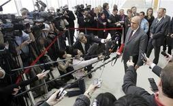 <p>Директор МАГАТЭ Мохаммед аль-Барадеи выступает перед репортерами после переговоров с европейскими и американскими дипломатами по вопросу ядерной программы Ирана в Вене 21 октября 2009 года. Глава ядерного агентства ООН предоставил Ирану и трем мировым державам проект соглашения, которое поможет успокоить опасения по поводу ядерной программы Тегерана с тем, чтобы они одобрили его к пятнице. REUTERS/Herwig Prammer</p>