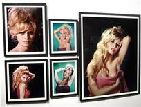 """<p>Imagen de archivo de fotografías de la actriz francesa Brigitte Bardot en una exhibición en Boulogne-Billancourt, 25 sep 2009. Un minero de carbón ruso de 50 años, que sufre de una enfermedad pulmonar, busca un comprador para su tesoro más preciado, una fotografía firmada por la seductora actriz Brigitte Bardot, para pagar una operación, señaló el miércoles un tabloide local. A diferencia de muchos de sus admiradores, el soltero Vladimir Komarov se enamoró de """"BB"""" apenas unos años atrás después de ver el filme debut de la bella francesa, """"Et Dieu créa la femme"""" (""""Y Dios creó a la mujer"""") de 1956, dijo el minero a la publicación Tvoi Den. REUTERS/Charles Platiau/Archivo</p>"""
