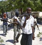 <p>Боевики-исламисты патрулируют улицы Могадишо 9 октября 2009 года. Жертвами перестрелки между повстанцами-исламистами и миротворцами Африканского союза в столице Сомали Могадишо стали как минимум 30 человек, сообщают местные жители и источники в местных больницах. REUTERS/Stringer</p>