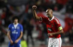 <p>Luisão comemora gol na goleada do Benfica sobre o Everton por 5 x 0. REUTERS/Jose Manuel Ribeiro</p>
